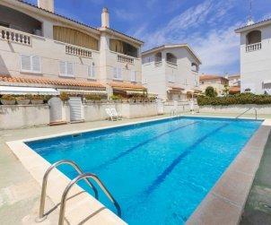 Villa   à Cunit pour 7 personnes avec piscine commune p0