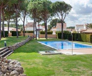 Villa   à L'Escala pour 6 personnes avec piscine commune p0