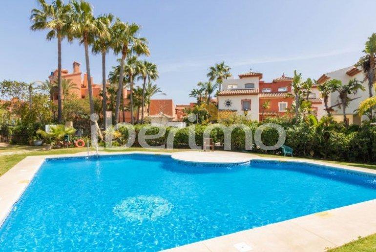 Villa   à Estepona pour 8 personnes avec piscine commune p0